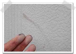 外壁と同様、手で触ると白い粉が付くチョーキングが出ていました。