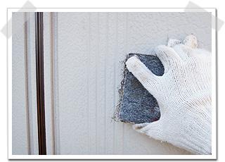 外壁と同様、表面に付いた汚れやサビ、劣化した塗装膜を、ワイヤーブラシという道具を使い、出来るだけ落としました。