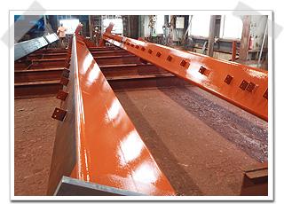 柱の長さは、工場内のワンスパンぐらいの長さがあります。