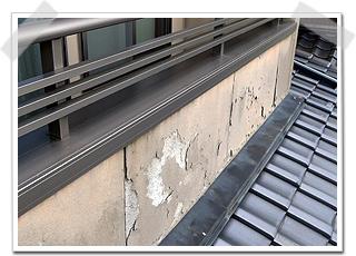 ベランダ外壁は、塗り替えられない程、損傷していました。素材は、セメント系のボードです。