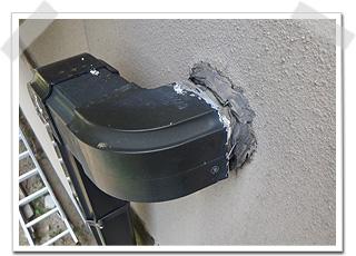 外壁の中から出てきている雨樋のパイプを確認した所、ジョイント(継ぎ手)が少し外れかかっていました。