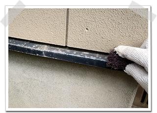 目荒しは、細かな汚れやサビを、ワイヤーブラシ(鉄製のタワシ)などで研磨する作業です。