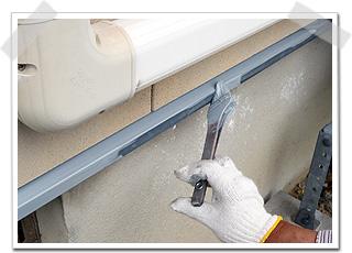金属系の塗り替えになりますので、下塗り(下地塗装)としてサビ止め塗装をしました。