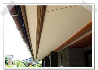 塗り替えることで、軒下の空間が広々とした印象に仕上がっております。