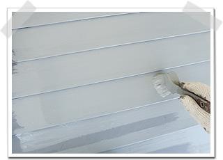 トタンは金属系なので、下塗りはサビ止め塗装になります。