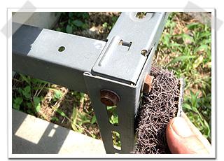 エアコンの架台は、部材を留めているボルトから、サビてきます。