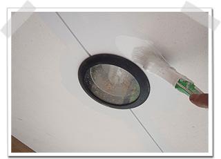 軒裏に埋め込まれている照明器具を避けつつ、中塗りを行いしました。