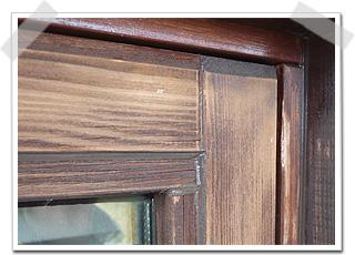 木と木の隙間、木とガラスの隙間に防水処理を行います。