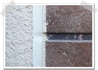 外壁の小口(断面)にプライマーという密着を良くする塗装を行います。そして新しいコーキングを注入します。