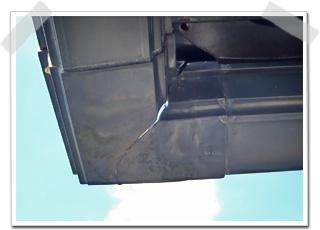 雨樋は、破風に水平に取り付けられている軒樋(のきどい)のコーナー部分が割れていました。