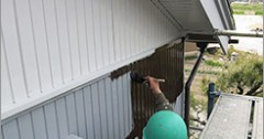 住宅外壁トタン塗り替え 仕上げ刷毛塗り