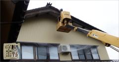 南砺市 住宅 高所作業車で破風塗り替え